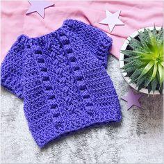 Просто бомбический свитер с аранами и моими любимыми шишечками🌲 Весь такой объёмный , мягкий и ищет любимое пузико, которое сможет греть со всей своей заботой💜 Совершенно не колючий. Из импортной полушерсти. Размер 86-92👌🏻  #деткам  #вязаниедлямалышей #свитеркрючком  #длядочки #малышам #длядеток  #детскийсвитер #свитерскосами