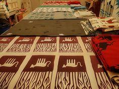 Handprinted Fabrics (silk-screen print) on the table at the Studio of Stephanie Rauchwarter (Viennese Artist: paintings, silk-screen prints, kites) - handbedruckte Soffe (Siebdruck) aufgebreitet auf dem Arbeitstisch im Atelier, der Werkstatt von Steffi | by hedbavny