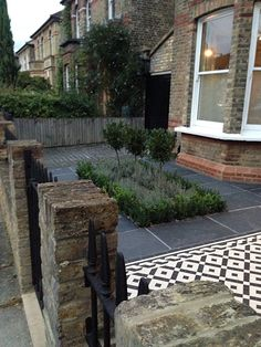 mosaic path knot garden slate paving london A roof garden is a term garden si. Victorian Front Garden, Victorian Terrace, Victorian Decor, Cool Ideas, York Stone, Small Front Gardens, London Garden, Small Garden Design, House Front