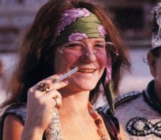 Welcome to fy hippies! This site is obviously about hippies. There are occasions where we post things era such as the artists of the and the most famous concert in hippie history- Woodstock! Hippie Style, Hippie Man, Hippie Vibes, Happy Hippie, Acid Rock, Blues, Janis Joplin Frases, Janis Joplin Style, Rock Music