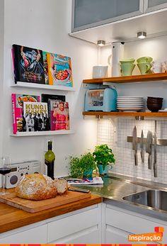 Uma dica simples, mas que além de conceder praticidade ajuda a compor a decoração. Mini prateleira para livros de culinária. Não fica legal?! #LivroDeCulinária #Culinária #Decoração