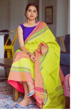Sometimes contrast colours add an amazing look Simple Sarees, Trendy Sarees, Stylish Sarees, Fancy Sarees, Indian Attire, Indian Outfits, Saree Jewellery, Saree Photoshoot, Casual Saree