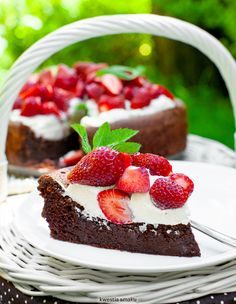 Chocolate cloud cake with strawberries Cloud Cake, Cake & Co, Strawberry Cakes, Let Them Eat Cake, Cake Recipes, Cheesecake, Food And Drink, Cookies, Mascarpone