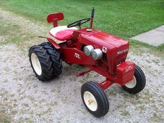 Wheel Horse lawn tractor with duals Yard Tractors, Small Tractors, Compact Tractors, Antique Tractors, Vintage Tractors, Wheel Horse Tractor, Garden Tractor Pulling, Old Ford Trucks, Pickup Trucks