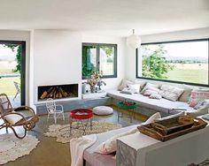уютный дом: камин, большие окна, мягкие диваны
