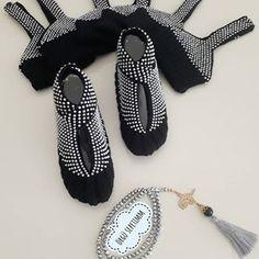 Men and Women crochet booties handmade two skewers Crochet Slipper Pattern, Knitted Slippers, Crochet Slippers, Baby Knitting Patterns, Crochet Patterns, Crochet Ripple, Knit Crochet, Diy Buttons, Knitting Socks