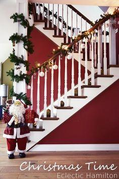 Weihnachten Dekoration Weihnachtsdeko Treppenhaus Santa Claus Weihnachtsmann Staketen Tannengirlande Treppenstufen Keramikkugeln Holzanhänger