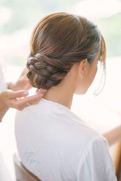 ふんわりしたまとめ髪にしようとしたのに、上手くまとまらなくてボサボサになってしまったことはありませんか?三つ編みを使ったシニヨンスタイルなら、崩れにくくて簡単にできるんです♡