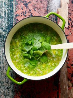 If you have no time to cook a delicious pea soup is the thing! 8 spring onions chopped garlic chopped vegetable broth 500 g frozen peas a… Pea Soup, Frozen Peas, Palak Paneer, Food And Drink, Vegan, Vegetables, Cooking, Ethnic Recipes, Kochen