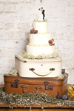 wedding cake on vintage suitcases // photo: paola de paola Wedding Cake Stands, Wedding Cake Rustic, Rustic Cake, Our Wedding, Wedding Cakes, Dream Wedding, Wedding Ideas, Suitcase Cake, Cake Pops
