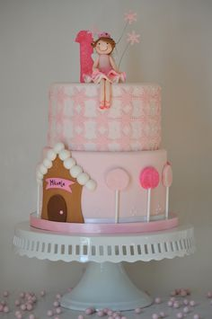 I really like the fairy on this cake.