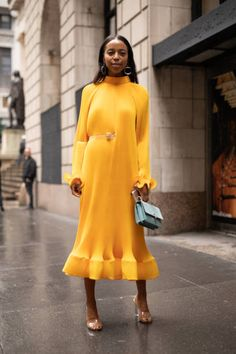 A guest is seen on the street during New York Fashion Week wearing Tibi on September 9 2018 in New York City Luisa Lion, Moda Ootd, Ootd Fashion, Fashion Outfits, Yellow Fashion, Effortless Chic, Types Of Fashion Styles, Beautiful Dresses, Celebrity Style