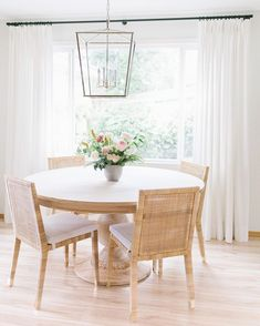 Use one of top 15 modern round dining table design ideas here. It will produce classic and elegant look in the dining room. Round Dining Table Modern, Dining Table Design, Small Dining, Kitchen Table Chairs, Dining Table Chairs, Striped Dining Chairs, Wood Tables, Plywood Furniture, Home Furniture