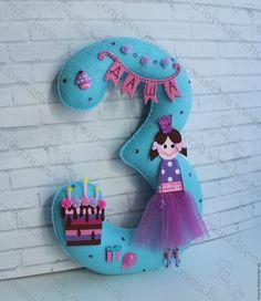 Цифра из фетра для торжественного празднования Дня рождения. Декор для детского праздника из фетра. Felt Crafts, Diy And Crafts, Felt Decorations, Name Banners, Felt Toys, Unicorn Birthday, Felt Flowers, Handmade Toys, Little Gifts