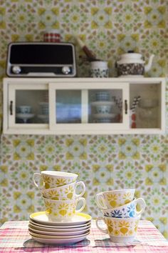Arabian vanhat Retikka kahvikupit, Hilkka-Liisa Ahola Vintage Housewife, Granny Chic, Wall Storage, Retro Home, Scandinavian Interior, Vintage Ceramic, Kitchen Interior, Vintage Furniture, Konmari