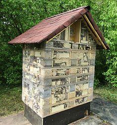 Grosses Insektenhotel aus Paletten erstellt.