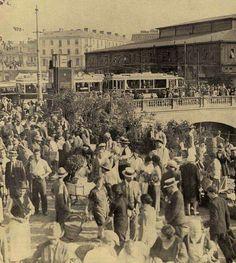 Forfotă în Piața Bibescu Vodă al anilor *30. Piața Unirii de astăzi. Bucharest Romania, The Old Days, Alter, Old Photos, Dolores Park, Old Things, City, Memories, Dan