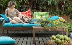 A apresentadora Chris Nicklas e seu filho Luca no sofá do seu jardim: momentos como esse são perfeitos e cheios de cumplicidade