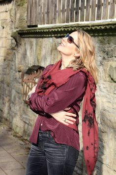 Marsala outfit for her  Shirt: Drykorn Scarf: Comptoir des Cotonniers