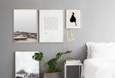 Tavelvägg i sovrum. Vackra tavlor med guldramar vid säng. Guld detaljer. Posters / affischer med natur motiv, berg och öken. Fina inredningsdetaljer till sovrum. Desenio.com
