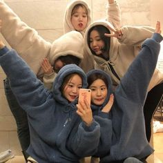 aesthetic group pics a r i e l a m i s Ulzzang Korean Girl, Ulzzang Couple, Best Friend Pictures, Bff Pictures, Korean Best Friends, Bff Girls, Girl Friendship, Girl Korea, Korean People