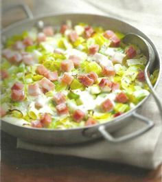Recette Tartiflette diététique aux poireaux - Pour 4 personnes 400g de pommes de terre, 800g de poireaux, 150g de dès de jambon, 2 oignons, 1 cuillère à café de graines de cumin, 160g de cancoillotte, sel, poivre