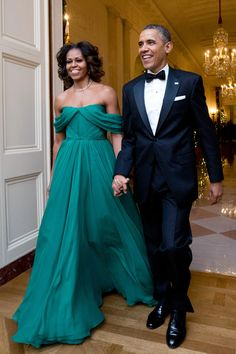 Michelle Obama glows in an emerald silk chiffon Grecian gown by Marchesa. She is walking with President Obama Michelle E Barack Obama, Barack Obama Family, Michelle Obama Fashion, Obama President, Joe Biden, Mode Geek, Grecian Gown, Marchesa Gowns, Marchesa Fashion