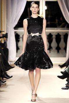 Ontem em Paris Giambattista Valli apresentou sua coleção de alta costura para a Primavera 2012.  Vestidos lindos, com tecidos maravilhosos e...