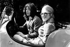 Mick Jagger e Marianne Faithful - Vamos esclarecer uma coisa: a história do chocolate Mars Bar é um completo mito. Para quem não a ouviu, trata-se de uma lenda urbana que se espalhou de que Mick Jagger estava comendo um chocolate que estava, hum..., no corpo de Marianne Faithful, quando a polícia invadiu a casa e os prendeu por posse de drogas em 1967. O que é verdade é que ela tinha acabado de sair do banho e se cobriu com um tapete de pele quando ouviu a confusão. De qualquer forma…