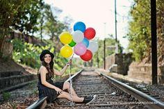fotos de 15 anos em estúdio e externas para o book diferente de Clara com livros e balões
