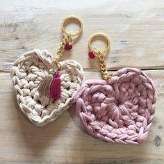 Crochet keychain with t-shirt yarn Love Crochet, Diy Crochet, Crochet Crafts, Crochet Flowers, Crochet Projects, Cotton Cord, Crochet Keychain, Crochet Purses, Crochet Bags