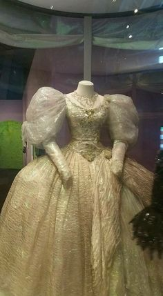 Looks to be made from organza Sarah Labyrinth, David Bowie Labyrinth, Labyrinth Movie, 80s Dress, Dress Up, Labrynth, Hollywood Costume, Goblin King, Hallowen Costume