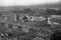 """Luftaufnahme des zerstörten Stalingrad: Insgesamt kamen im Winter ...""  Looking westward at the Barrikady factory; some of its Lower Settlement along Pribaltskaya Ulitsa is in the foreground.  This ruined area is shown in Stalingrad Aerial Scan GX2839SD-027."