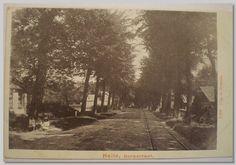 De Kennemerstraatweg in Heiloo in 1919 (toen nog Dorpstraat) met rechts van de weg de tramrails