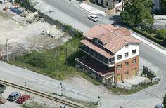 4. Escuelas de Levinco. Finca situada en términos de Levinco, en el concejo de Aller, con una extensión de 1.000 m². Este edificio consta de semisótano, planta baja, primera y bajo cubierta, con una superficie construida de aproximadamente 549 m².