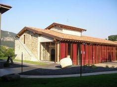 Bersi Serlini -  La cascina Bersi Serlini è situata in un sito cluniacese fondato dai benedettini del Monastero di San Pietro in Lamosa, chiamato Cerreto fondato dai monaci benedettini che, intorno all'anno 1100, si insediarono in tutta la Franciacorta.