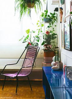 O charme do jeito Boho de usar plantas na decoração! O Boho surgiu em meados dos anos 60. Uma das características é abundância de plantas e dos tons naturais com bastante variações de textura, em cerâmicas e pendentes, em vasos com macramê compridos… E tem muito amor envolvido!