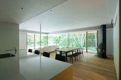 Traditional Japanese and modernist architecture come together in Kidosaki Architects Studio's Yokouchi Residence. Karuizawa, Japanese Modern, Japanese House, Beautiful Architecture, Modern Architecture, Modern House Design, Home Design, Mid Century House, Home Interior