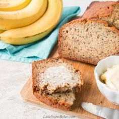 This is the easiest and best banana bread recipe. It's super moist and bursting with flavor. The recipe is also easily adaptable and comes out perfect every time. Banana Bread Coconut Oil, Banana Bread With Oil, Banana Bread French Toast, Easy Banana Bread, Banana Bread Recipes, Low Calorie Breakfast, Pumpkin Bread, Sweet Bread, No Bake Desserts