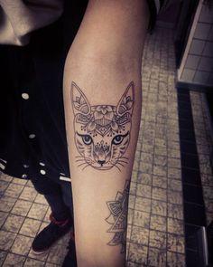 Cat Mandala #Tattoosamsara #lesleymekern #010 #schiedam #kwadronneedles #inkeeze #tattooedgirls #mandalatattoo #cattattoo #tattoosession