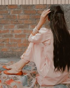 Cute Girl Poses, Girl Photo Poses, Girl Photos, Beautiful Dress Designs, Stylish Dress Designs, Teen Girl Photography, Photography Poses Women, Pakistani Dresses Casual, Pakistani Dress Design