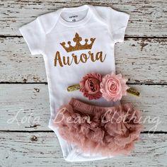 Artículos similares a PRE ORDEN bebé niña tomar casa Ropa bebé niña recién nacido princesa mono bombacho diadema conjunto nombre personalizado rosa polvoriento en Etsy