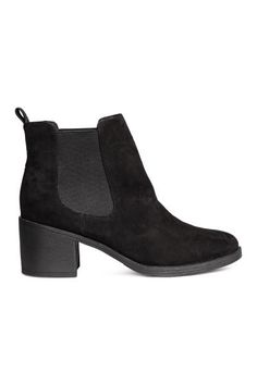 Ankle boots in imitation suede with elastic gores in the sides, fabric linings and insoles and rubber soles. Heel 6.5 cm.