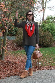 """Look básico de suéter e jeans skinny com o lenço assumindo o papel de """"terceira peça incrementadora da produção"""""""