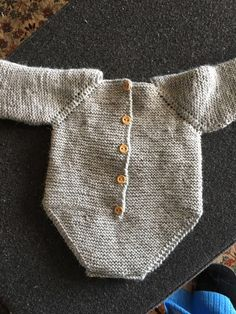 Patrón pelele manga larga 0-3 meses, nivel intermedio - Costurea Blog Baby Knitting Patterns, Baby Patterns, Crochet For Kids, Sewing For Kids, Knit Crochet, Tricot Baby, Diy Crafts Knitting, Knitted Baby Clothes, Couture Sewing