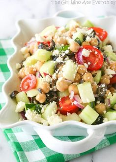 Greek Garbanzo Bean Salad - a healthy salad that's hearty and full of flavor. {The Girl Who Ate Everything}. (I think I'd substitute mozzarella instead of feta. Vegetarian Recipes, Cooking Recipes, Healthy Recipes, Healthy Salads, Healthy Eating, Cooking Garbanzo Beans, Cooking Kale, Cooking Artichokes, Cooking Steak