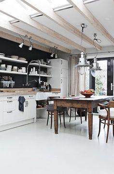 Balkenplafond uitbouw met lichtkoepels ertussen, maakt heeeeel licht! Doordat planken ipv bovenkastjes zijn gebruikt is keuken niet massief, maar eenvoudig.