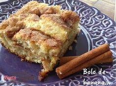 Bolo de Banana Pá-Pum >>> _100 g de iogurte natural _3/4 de xícara de açúcar _4 bananas  _2 ovos _2 colheres (sopa) de óleo _2 colheres (sopa) de manteiga _1 xícara de farinha de trigo _1 colher (sopa) de fermento em pó açúcar e canela para polvilhar