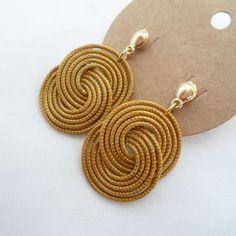 Joyería Soutache Jewelry, Boho Jewelry, Jewelry Gifts, Jewelery, Diy Earrings Studs, Earrings Handmade, Handmade Jewelry, Diy Earrings Crochet, Diy Schmuck
