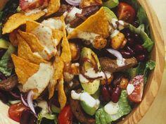Leckerer Mexiko-Salat mit Avocado, Nachos, Kidneybohnen und Rinderfilet |